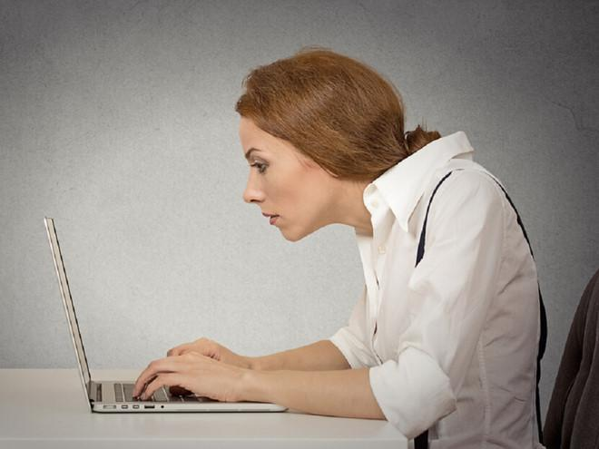 Đau lưng mỏi cổ do làm việc máy tính nhiều